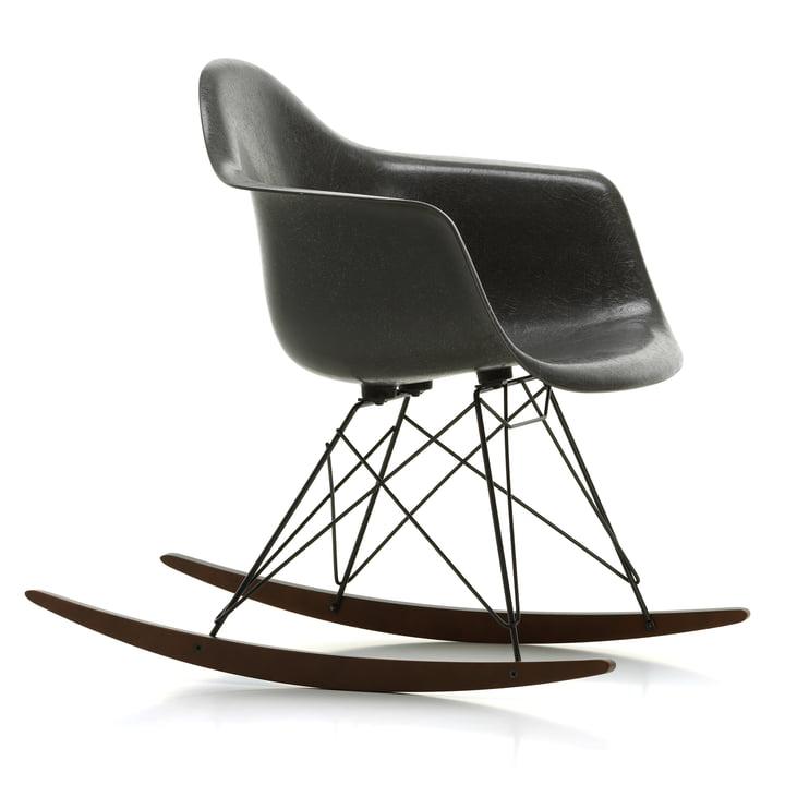 Eames Fiberglass Armchair RAR fra Vitra i mørk ahorn / basic mørk / Eames elefant hudgrå