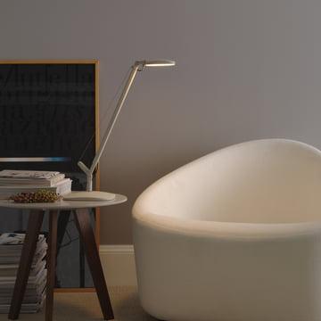 Afslappende læsning med Volée bordlampen fra FontanaArte