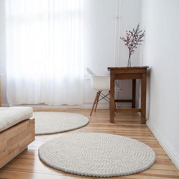 Linéa tæppe rundt fra myfelt foran sengen