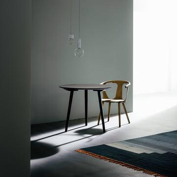 In Between bord og stol med Another Rug fra &Tradition