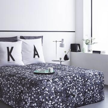 AJ Vintage Flowers sengetæppe og ABC pude fra Design Letters