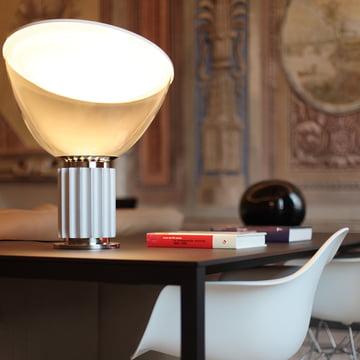 Taccia LED-bord- og gulvlampe fra Flos i anodiseret aluminium