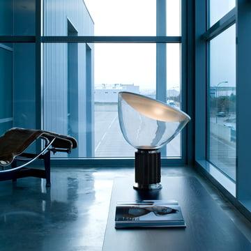 Taccia LED-bord- og gulvlampe fra Flos i sort
