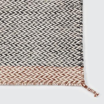 Ply tæppet fra Muuto i sort og hvidt