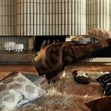 Marimekko – Joonas tæppe, brun / mørkebrun – Sulhasmies pudebetræk, gråhvidt / beige