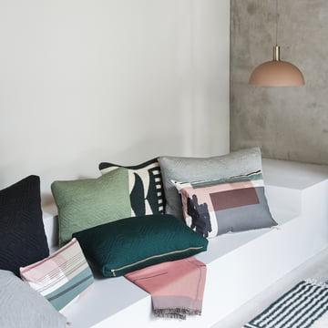 Colour Block pude og sengetæppe fra ferm LIVING med kuppelformet lampeskærm