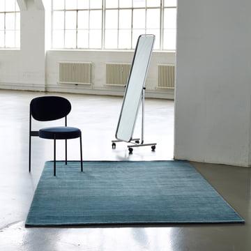 Massimo – Bamboo tæppe placeret i et rum med en stol