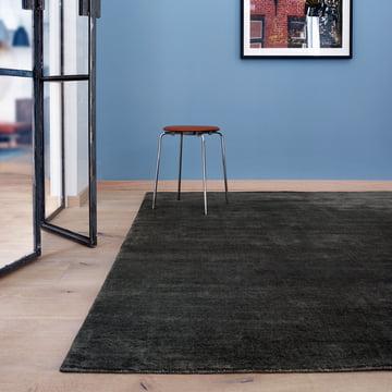 Massimo – Earth tæppe med taburet i et rum