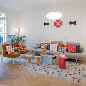 Vitra – vægrelief i metal over sofaen