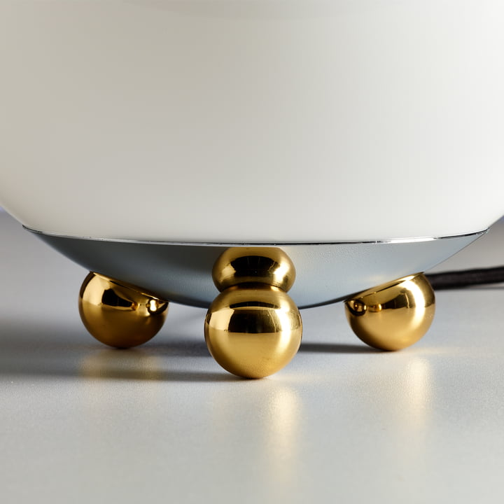 Art Déco AD32 bordlampen i forkromet metal fra Tecnolumen med messingkugler.