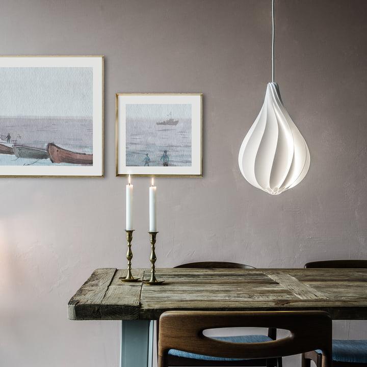 Den hvide lampeskærm til spisebordet.
