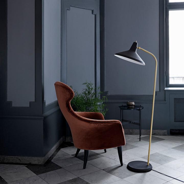 G10 gulvlampe fra Gubi i stuen