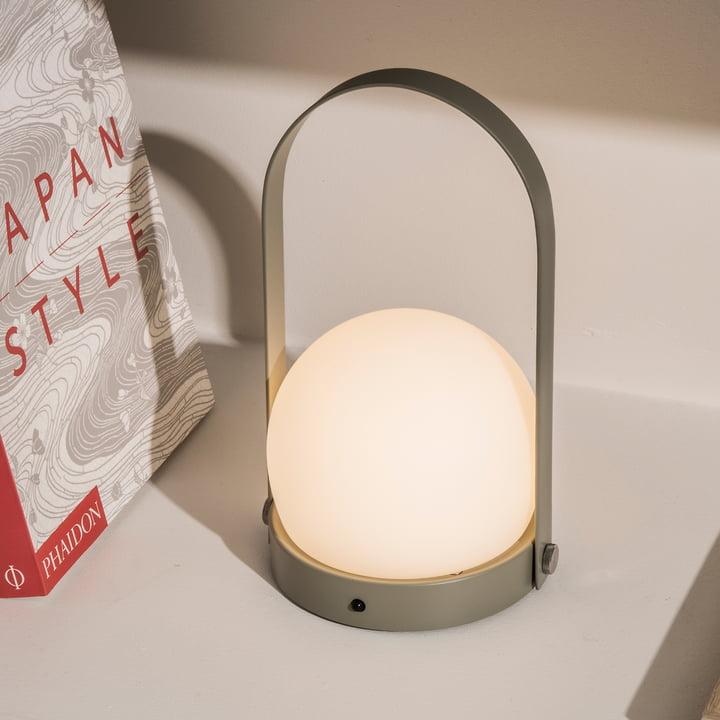 Carrie LED lampe fra Menu i oliven