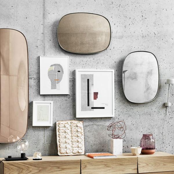 Indrammede spejle på stuevæggen