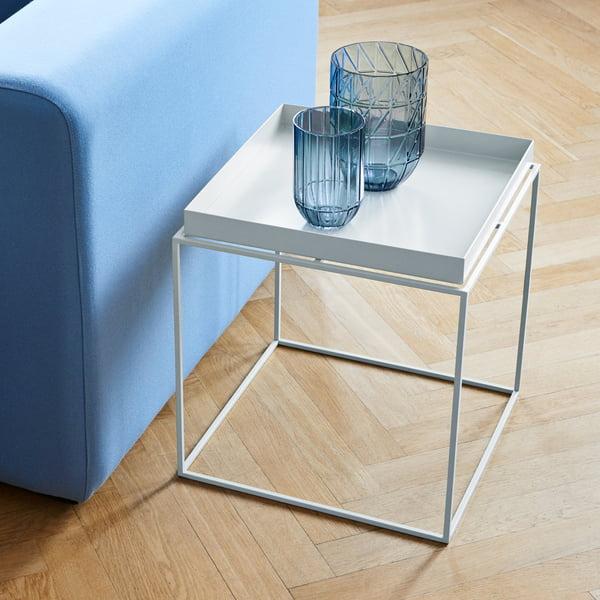 Bakkebord og farvevase-glasvase af Hay