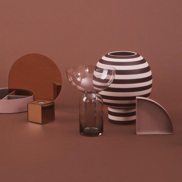 Designervase i skulpturel form: Varia Sculptural Vase, Ø 18 x H 21 cm i rose / bordeaux med andre genstande af AYTM