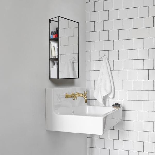 Cubiko spejlhylde i sort af Umbra i badeværelset
